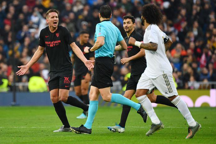 Luuk de Jong beklaagt zich nadat zijn fraaie 0-1 is afgekeurd.