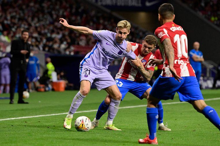 Frenkie de Jong (links) in duel met de Kieran Trippier tijdens de met 2-0 verloren competitiewedstrijd van Atlético Madrid tegen FC Barcelona van afgelopen zaterdag Beeld AFP