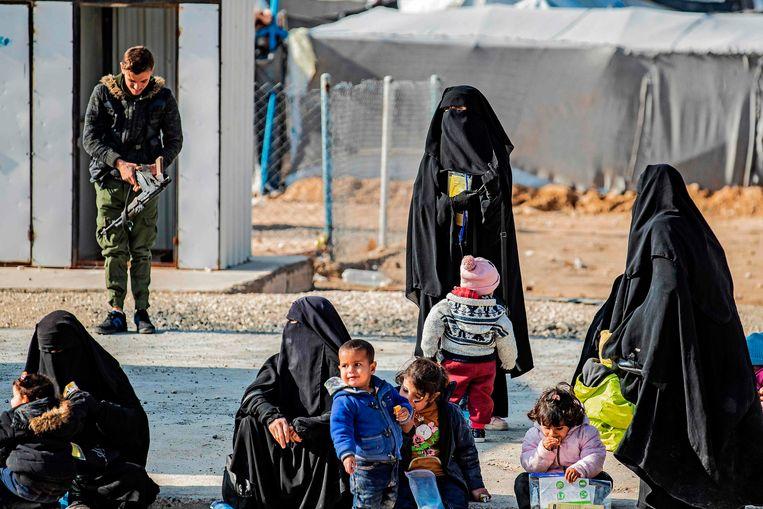 Vrouwen met kinderen in het kamp Al Hol. Beeld AFP