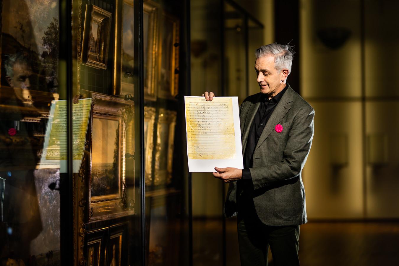 Pieter Goossen met de partituur van 'Op het puin', een theaterproductie die in 1946 is opgevoerd op de puinhopen van de in de oorlog kapot geschoten Eusebiuskerk.