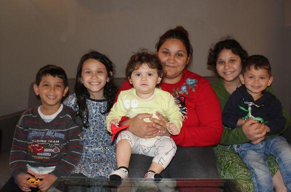 Mama Eleonora Hasimi en haar vijf kinderen zijn dankbaar voor de hulp die ze al kregen.