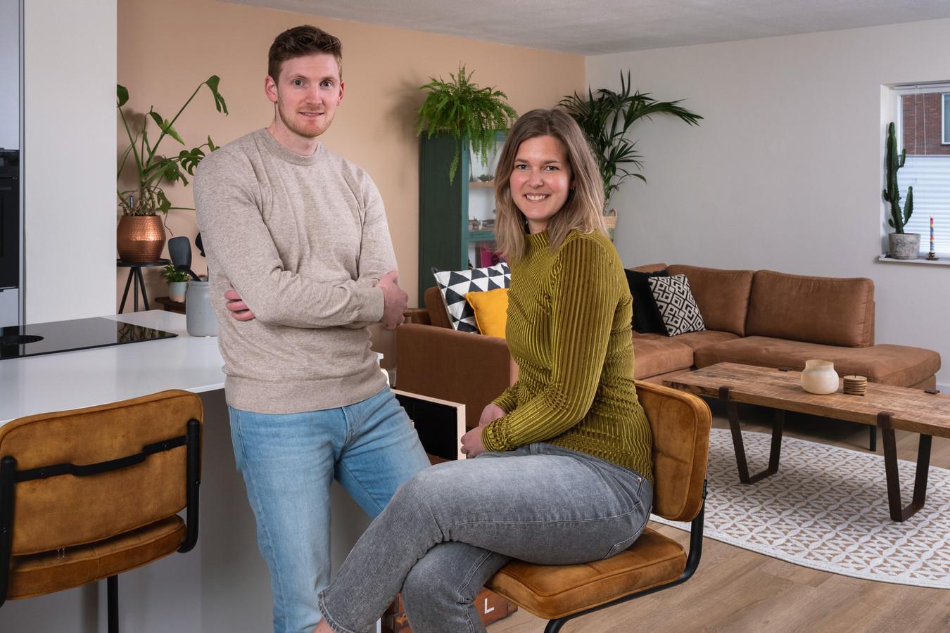 Rick van der Valk en Sophie Plas in hun nieuwe huis. Ze voelden zich schuldig over de 'winst' die ze maakten op hun vorige woning.