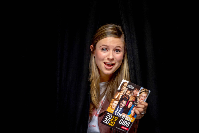 Natalie van der Aa, theatermanager bij Agora Theater Druten met het nieuwe programma.