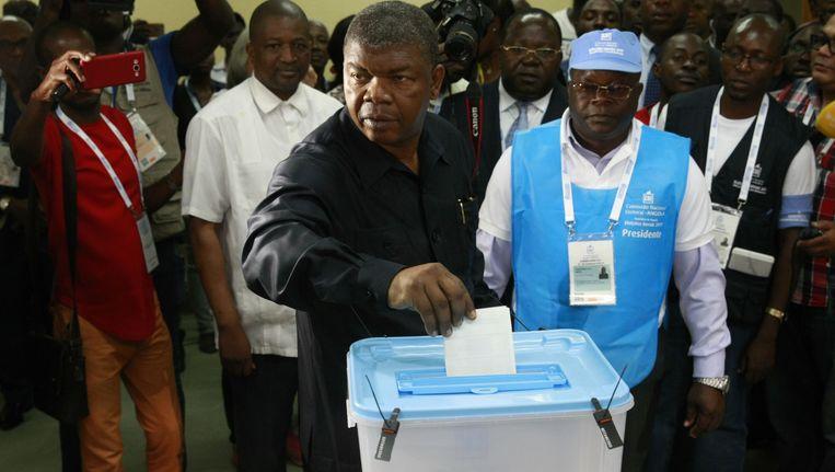 MPLA-presidentskandidaat Joao Lourenco brengt zijn stem uit in Luanda. Beeld afp