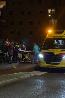 Fietser gaat onderuit op rotonde in Hardenberg, moet naar ziekenhuis