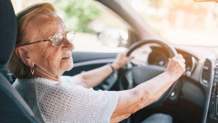 Een oudere automobiliste achter het stuur, foto ter illustratie.