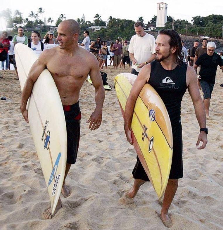 Eddie Vedder met vriend en bekende surfer Kelly Slater. Beeld kos