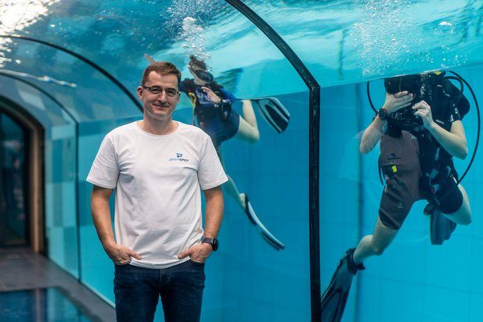 Deepspot-directeur Michal Braszczynski in de onderwatertunnel van zijn zwembad.