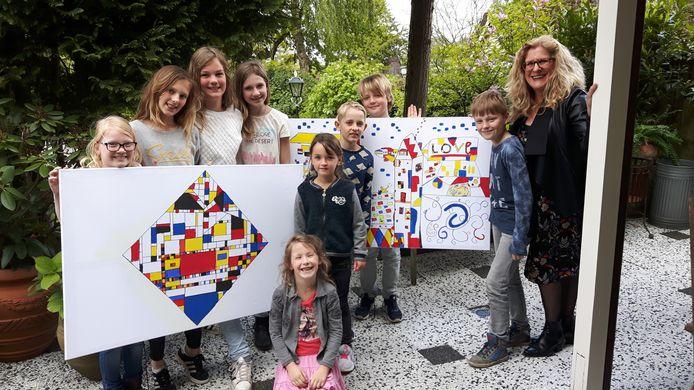 Marion en haar leerlingen en twee werken die later in Theater De Speeldoos komen.