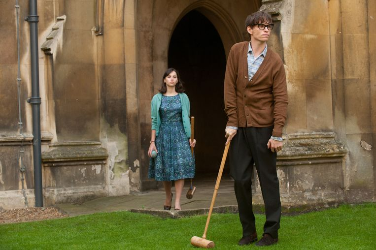 Felicity Jones (Jane Hawking) en Eddie Redmayne in The Theory of Everything Beeld X