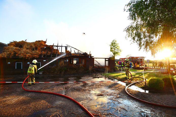 De rietgedekte woning in Oldebroek brandde vrijdagavond volledig af.