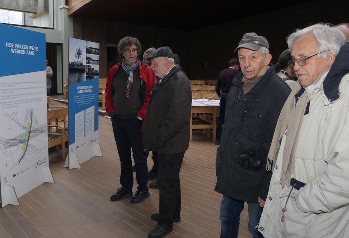 De burgers waren talrijk aanwezig op de infomarkt.