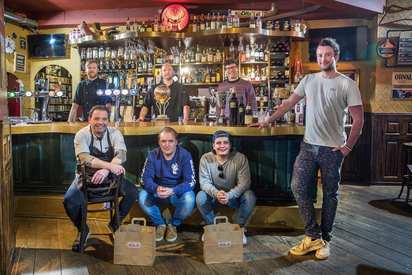 De kameraden van sportcafe Not Out. Achter de bar v.l.n.r. Marvin, Robin, Jeroen. Voor de bar v.l.n.r. Mark, Colin, Tim en Job.