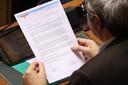 Sp.a-Kamerlid Dirk Van der Maelen met de brief in kwestie.