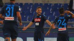 Vijf dolle minuten volstaan voor Napoli tegen Lazio, met deze parel van Mertens als absoluut orgelpunt