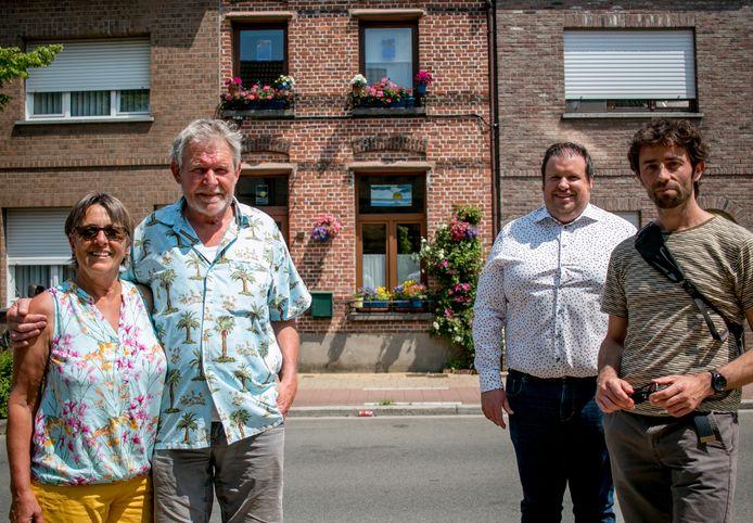 Luc Heirbaut en Bie Van Landeghem, met op de achtergrond hun woning mét geveltuin in de Lindenstraat, met schepen Wout De Meester en milieuambtenaar Jan Verheyden.