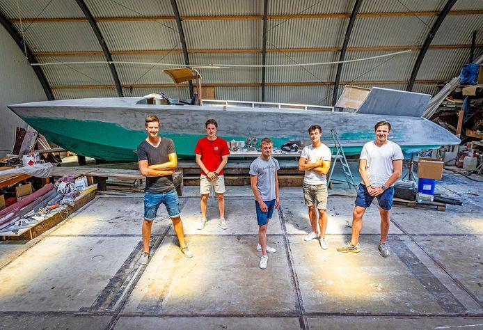 De mannen van het liftsysteem: Jelle, Sjoerd, Nick, Luuk en Ruben (vlnr). Op de achtergrond de boot Futuro.