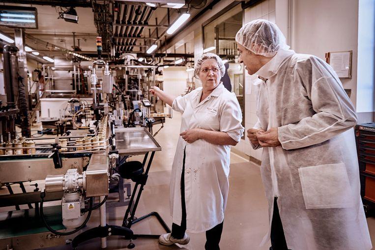 Zaakvoerder Marc Désarménien (r.) is niet te beroerd om de handen mee uit de mouwen te steken in de mosterdfabriek Fallot in Beaune, Bourgogne.  Beeld Eric de Mildt