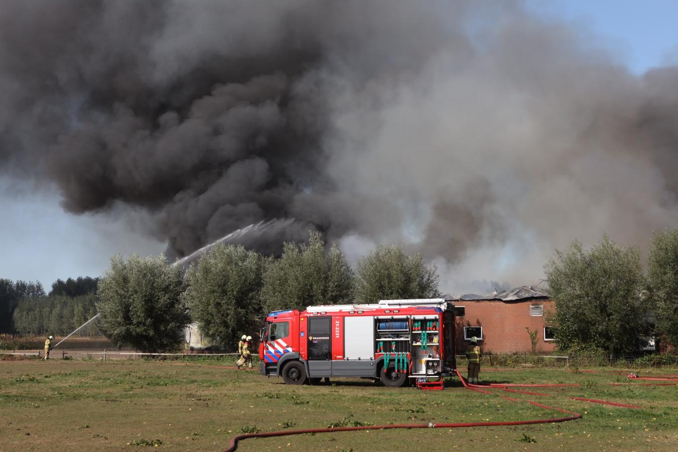 Brandweer bij de uitslaande brand in Sint-Oedenrode.