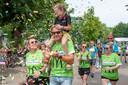 Merle van Gils geniet op de schouders van vader Rick van het onthaal door de wachtende menigte  bij de aankomst in Haghorst. Een sponsoractie bracht € 20.185 op.