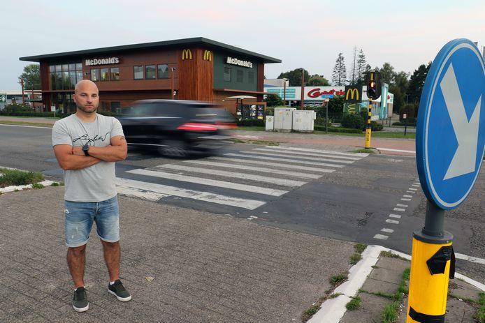 Alexander Chiafele aan het zwarte kruispunt waar zijn zoon (11) werd aangereden.