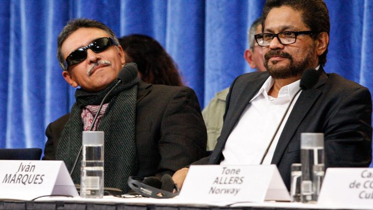 Colombiaanse commandant van de FARC Ivan Marquez (R) en FARC-lid Jesus Santrich (L) tijdens de vredesonderhandelingen met de Colombiaanse regering. Beeld epa