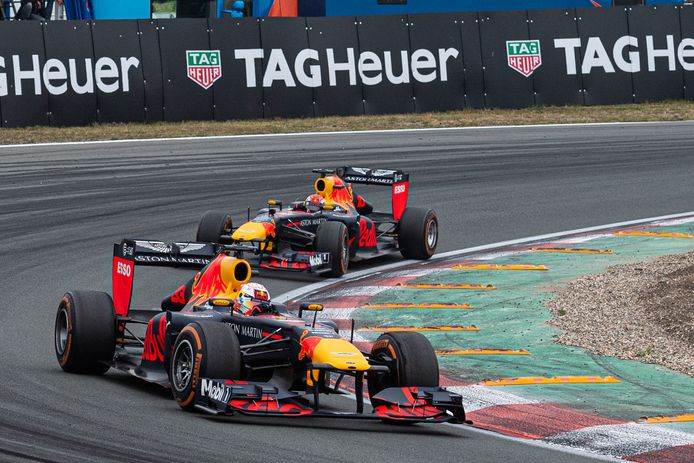 Max Verstappen rijdt voorop tijdens een racedemonstratie op Circuit Zandvoort.