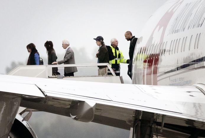 Drummer Charlie Watts en zanger Mick Jagger verlaten hun vliegtuig.