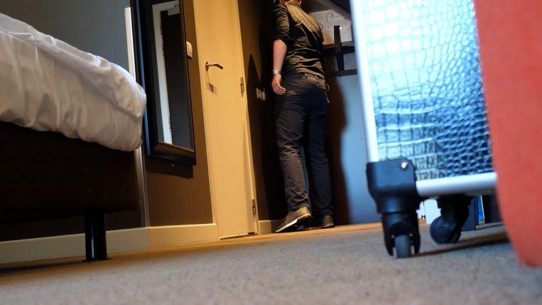 Beeld uit de undercoverreportage. De acteur ging in op een uitnodiging van de undercoverjournalist om een 10-jarige jongen te ontmoeten in een hotelkamer. Uiteraard was het jongetje daar niet echt, maar de acteur was wél op de afspraak. Beeld Het Laatste Nieuws / Vrije Vogels