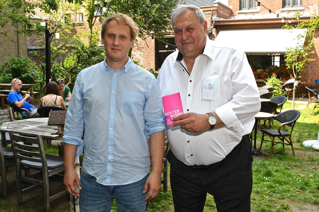 Schepen Dirk Lievens stelt Edward Hoornaert voor als kersvers stadsdichter.