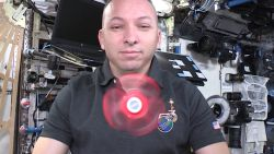 Zo draait een fidget spinner in de ruimte