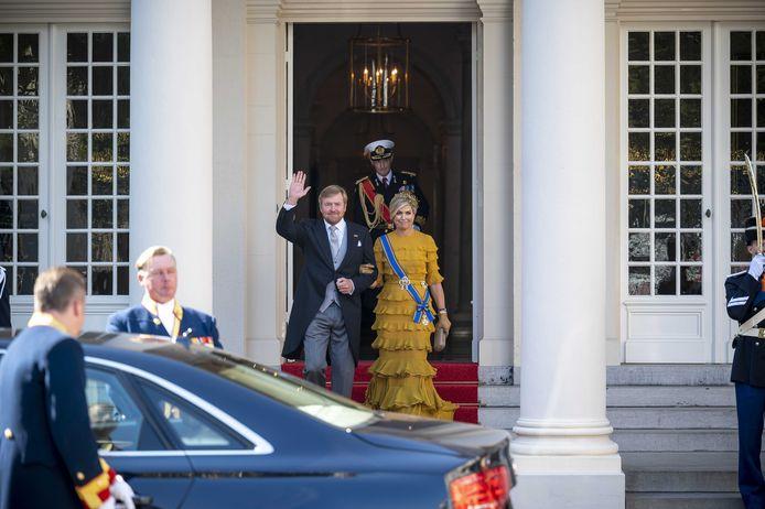 Koning Willem-Alexander en koningin Maxima vertrekken van Paleis Noordeinde naar de Grote Kerk op Prinsjesdag. Vanwege de coronacrisis ziet Prinsjesdag er anders uit dan normaal. Veel van de ceremoniële onderdelen gaan niet door en publiek is niet welkom in de binnenstad van Den Haag.