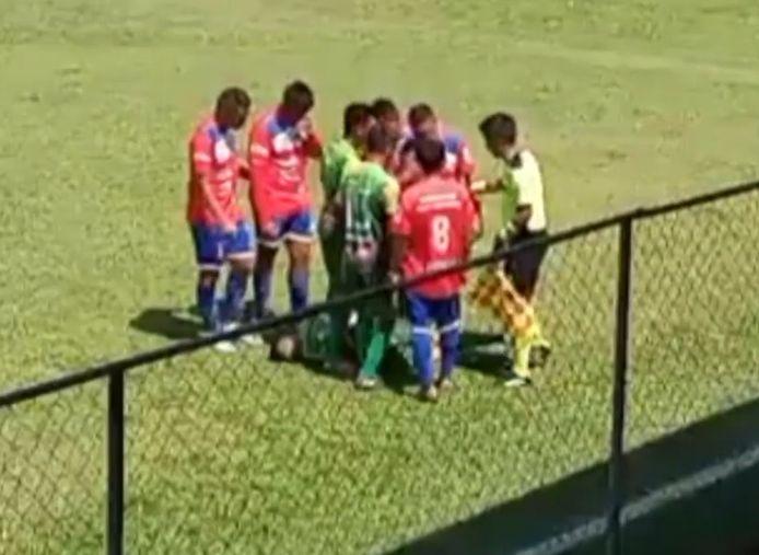 Un joueur de football guatémaltèque a grossièrement simulé avoir été frappé par un objet ce dimanche à Zanjon San Lorenzo.
