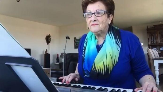 Joke Meijer achter haar keyboard.