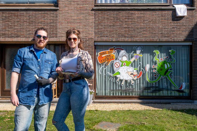 Tattoo-artiesten Melni Sikorski en Yannick Van Ginneken beschilderen ramen tijdens de coronacrisis Beeld David Legreve