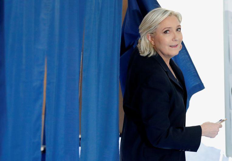Marine Le Pen, die vandaag haar stem uitbracht in Henin-Beaumont, wordt gezien als een grote kanshebber. Beeld REUTERS