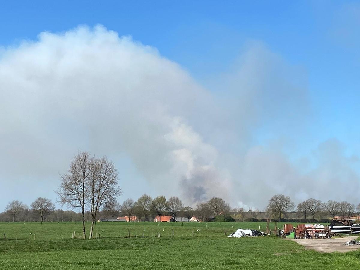 De rookpluim is van op kilometers afstand zichtbaar.