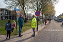Willem-Jan van Keulen (links) met wethouder Leon van Moosdijk bij basisschool Starrebos deze woensdagochtend.