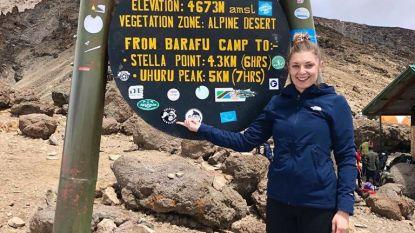 Kira De Tollenaere (25) plakt 'Zelzate Geweldig-sticker' op 4.673 meter hoogte