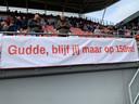 De KNVB is bij de Utrecht-aanhang de gebeten hond. Galgenwaard hing vol met spandoeken waarin de Nederlandse voetbalbond - directeur Gudde voorop- te verstaan kregen wat de kritiek is van de FC-fans.