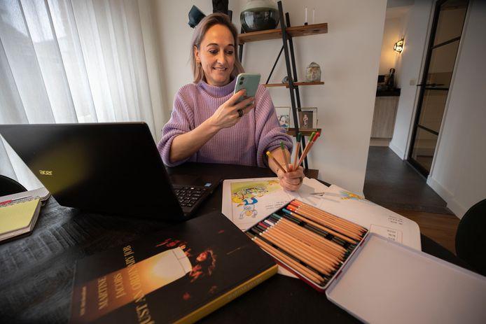 """Martine Jacobs geeft les aan een groepje met analfabete vluchtelingen. ,,Er zitten 12-jarigen in, maar ook oudere jongens. Die laatsten zijn vaak nog nooit naar school geweest. En zijn net zo enthousiast als ze de Nederlands namen van kleuren hebben geleerd. Dat sta ik dan voor de webcam uit te leggen met verschillende potloden."""""""