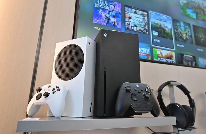 """Microsoft propose la Xbox Series X, modèle """"premium"""" au prix de 499 dollars (à droite), et sa petite sœur la Xbox Series S, aux performances d'affichage moindres, dépourvue de lecteur de disque et aux dimensions réduites comme son prix: 299 dollars (à gauche)."""