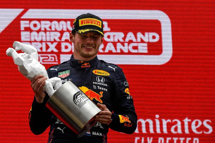 Max Verstappen neemt de trofee in ontvangst na zijn overwinning in Frankrijk.