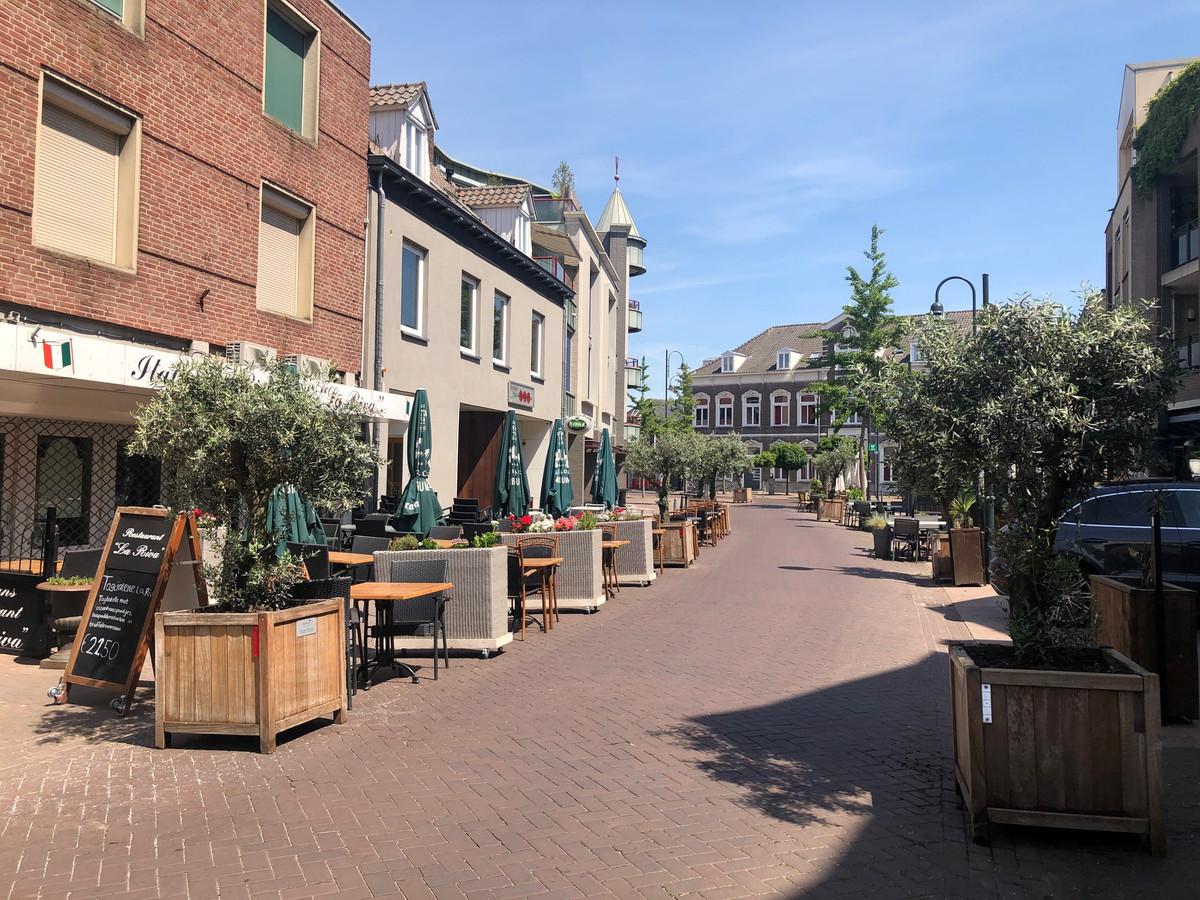 Om de terrassen ruim baan te geven is de Molenstraat versmald en voorzien van een tijdelijk inrijverbod.