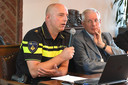 Burgemeester De Koning luistert naar de uitleg van politieteamchef Jan de Rooij.