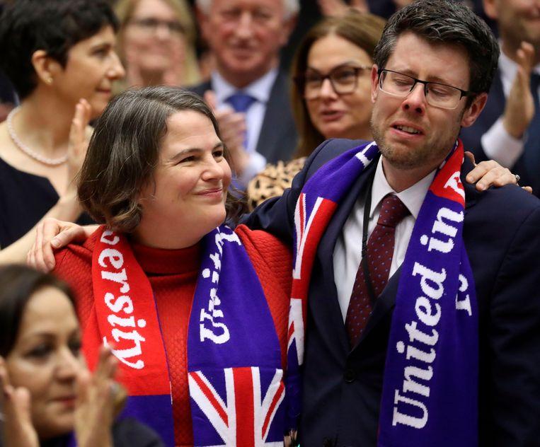 Leden van het Europarlement reageren op de ratificatie van de Brexit-deal. Beeld AFP