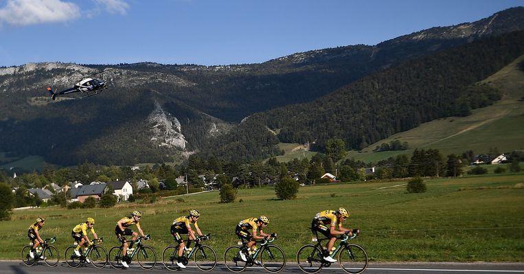 Team Jumbo-Visma brengt leider Primoz Roglic veilig naar de streep in Villard-de-Lans. Beeld AFP