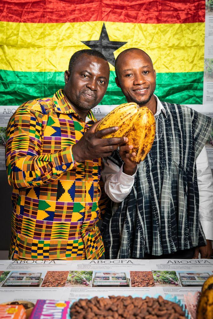Abubakar Benjamin Afful (r) en Stephen Ashia in hun stand in de Beurs van Berlage voor de jaarlijkse chocoladebeurs Chocoa. Cacaoproducenten van de hele wereld zijn hier bij elkaar om hun product te vertegenwoordigen.