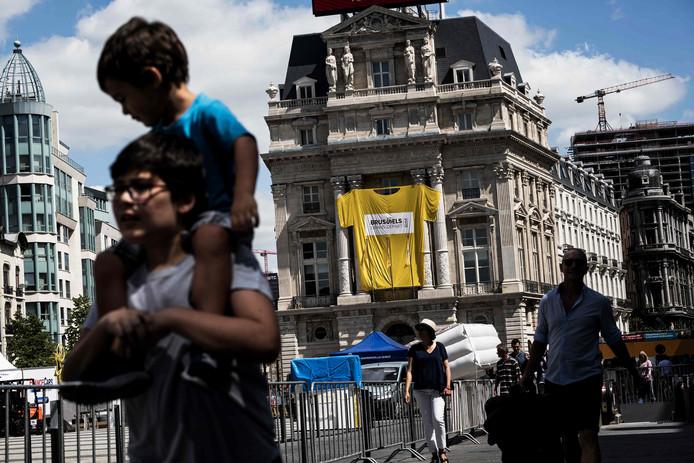 Un grand maillot jaune a été accroché sur la devanture d'un immeuble dans le centre-ville de Bruxelles.