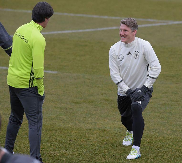 Bastian Schweinsteiger met bondscoach Joachim Löw. Beeld AFP